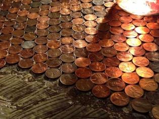 Insolite : un sol recouvert... de pièces de monnaie !