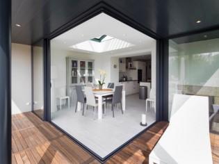 Avant/après : gain de lumière et d'espace grâce à une véranda à toiture plate