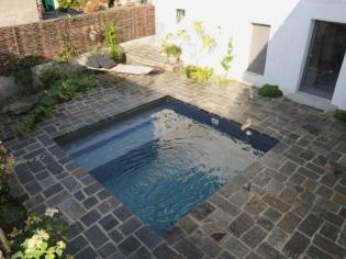 Une mini piscine en kit aux nuances minérales