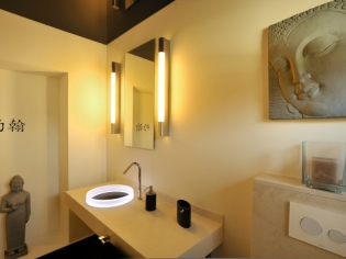 Une salle de bains zen au top de la technologie