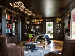 Une bibliothèque chic et intrigante pensée comme un cabinet de curiosités