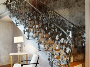 Un escalier éclairé et sublimé par un mur de miroirs argentés