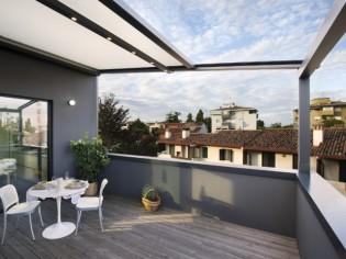 Une pergola sur-mesure épouse les lignes d'une villa italienne
