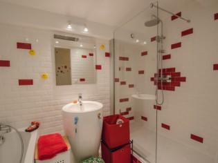 Des carreaux de métro dans la salle de bains