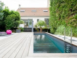 Un pavillon de banlieue métamorphosé par une piscine d'exception