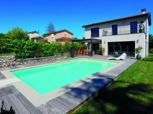 Une piscine lyonnaise entre bois et pierre