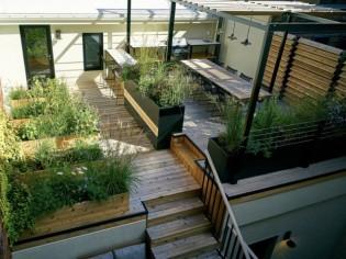 Une terrasse chaleureuse entre espace naturel et urbain