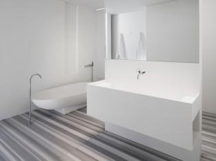 Une salle de bains immaculée et structurée