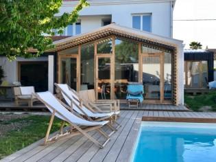 Une façade transformée en baie vitrée pour ouvrir une maison