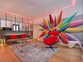 Street art et lumière s'invitent dans un salon parisien