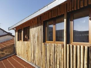 Une cabane perchée sur une maison en briques