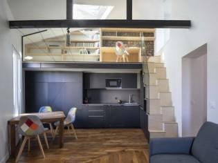 Cet appartement investit les combles et gagne une chambre et un bureau