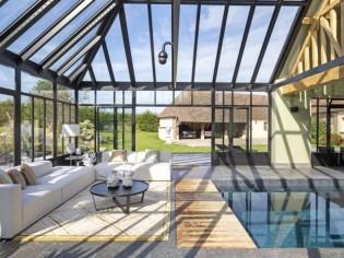 Une luxueuse verrière pour abriter une piscine intérieure