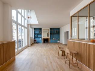 Modernisé, ce triplex parisien retrouve volume, style et cachet