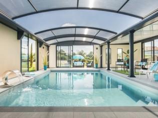 Un luxueux abri de piscine devient le cœur de la maison
