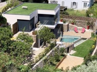 Cette villa avec piscine a trouvé sa place sur une colline face à la mer