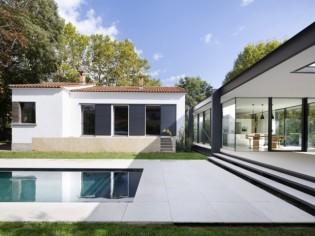 Une extension en verre modernise une maison des années 30