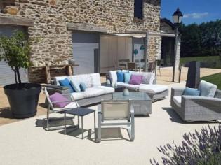Une terrasse savamment rénovée sublime une maison en pierre