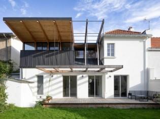 Une étonnante toiture inversée pour agrandir une maison de ville