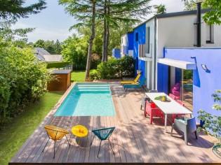 Un jardin avec piscine aux allures de carte postale