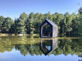 Insolite : une petite maison qui flotte sur l'eau