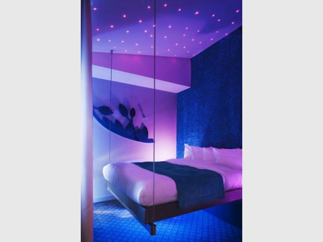 five hotel chambre lit suspendu