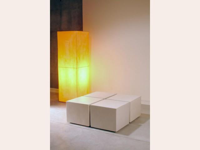 cubes blancs et lampe passaniti beton