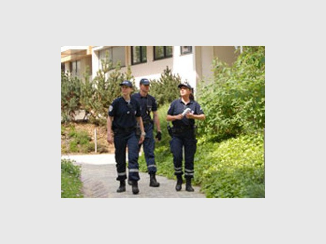 1 policier pour surveiller sa maison. Black Bedroom Furniture Sets. Home Design Ideas