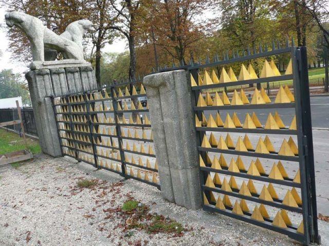 Les grilles d'entrée - Cité Immigration