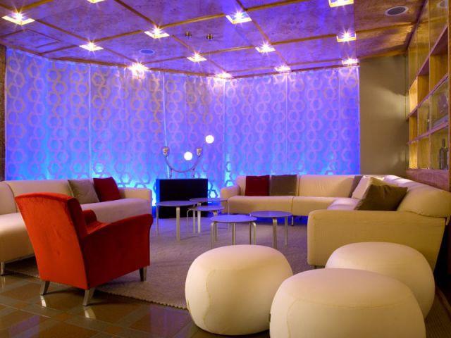 Le lounge et sa paroi lumineuse - Jana Revedin autriche