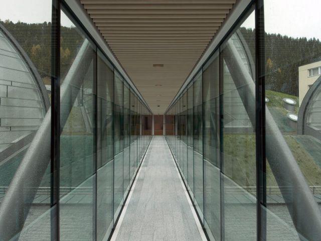 Passerelle en verre - Hôtel 5 étoiles Tschuggen Bergoase