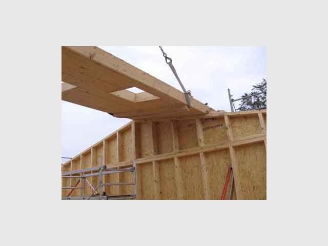 Pose de la toiture - Maison écologique en bois