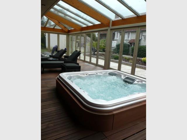 une piscine grande classe. Black Bedroom Furniture Sets. Home Design Ideas