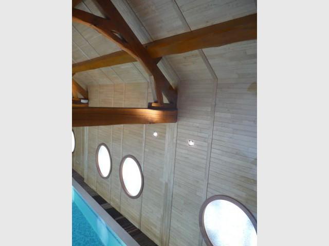 Eclairage de la charpente - reportage piscine intérieure - Christelle Brosset - Provins