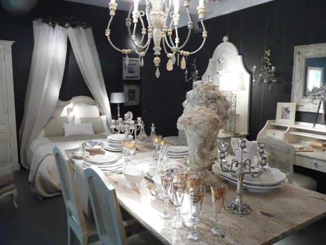 Grande table avec porcelaine blanche - Blan d'Ivoire