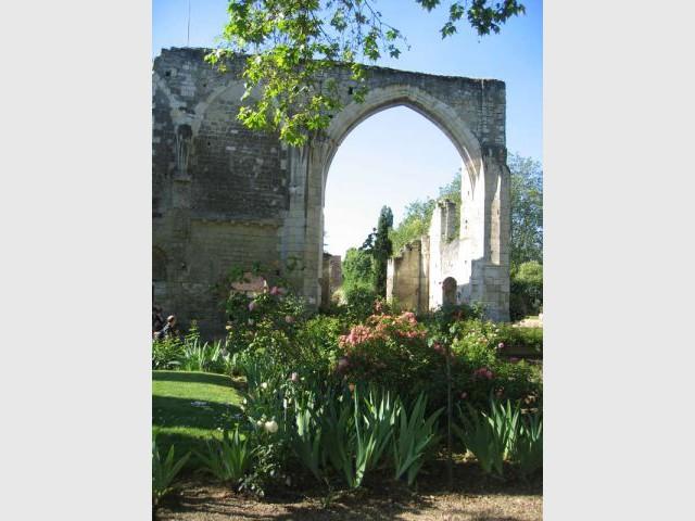 Arc gothique du crosillon sud de l'église - Prieuré de Saint-Cosme