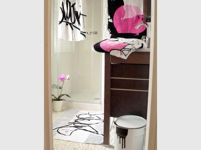 Dans la salle de bain - Linge de bain avec graffiti