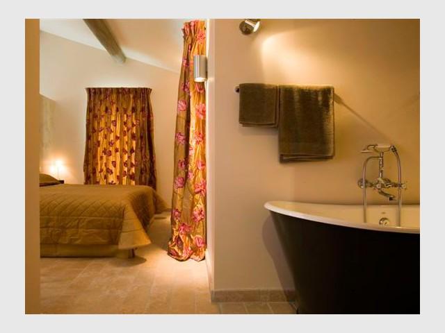 Chambre et salle de bain - Domaine la Coquillade