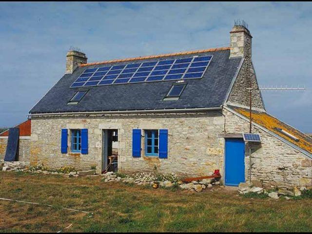 Maison traditionnelle à panneaux photovoltaïques