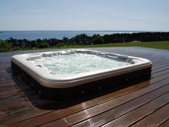Les piscines la f te for Prix piscine spa