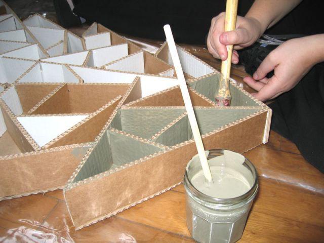 Peinture au pinceau - Sapin en papier et carton