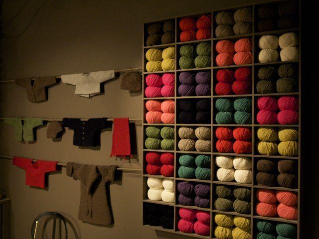 Des vêtements au mur