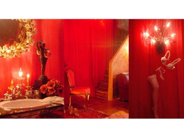 Vue du lavabo et du couloir - Chambre rouge