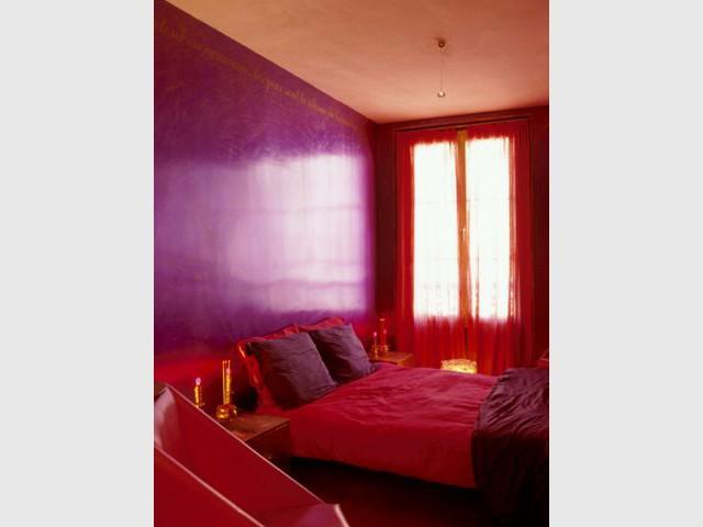 Chambre rouge et violette
