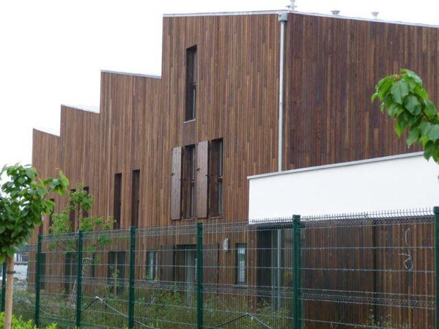 Derrière des maisons - maisons bois écologiques