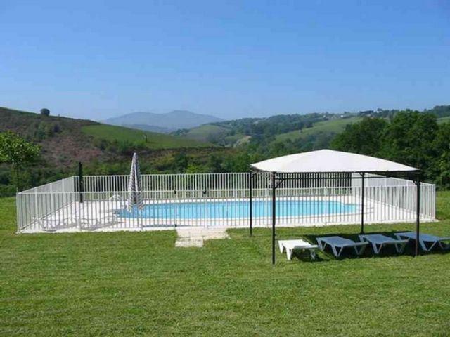 La piscine extérieure - maison basque