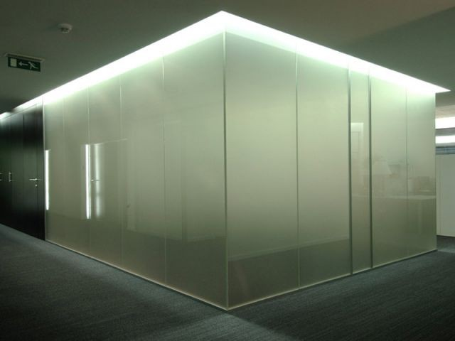 quand les vitres deviennent opaques chauffantes et lumineuses. Black Bedroom Furniture Sets. Home Design Ideas