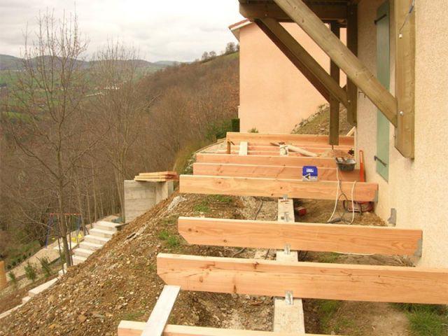 travaux quatre terrasses poses sur un jardin en pente