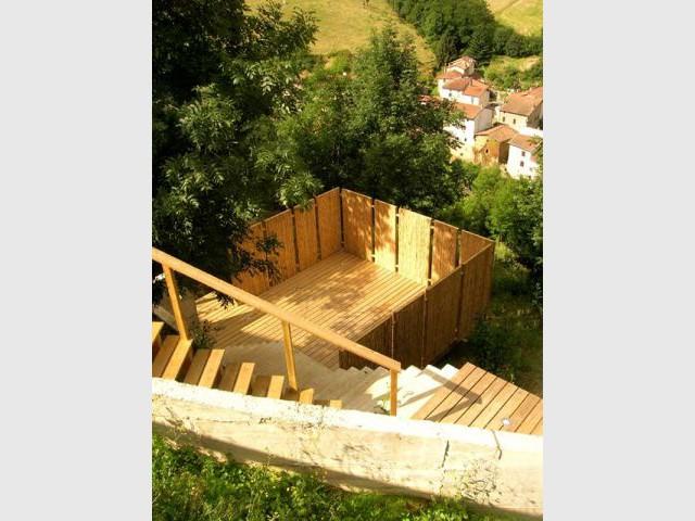 4 terrasses pos es sur un jardin en pente. Black Bedroom Furniture Sets. Home Design Ideas
