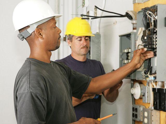 artisans travaux chantier electricien